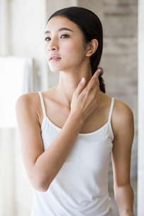 Young woman rubbing neckの写真素材 [FYI02215681]