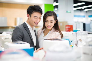 Young couple shopping in electronics storeの写真素材 [FYI02215686]