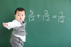 Cute baby doing mathematics on blackboardの写真素材 [FYI02215688]