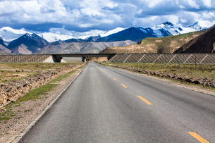 Road going through the mountains, Qinghai Provinceの写真素材 [FYI02215724]