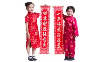 Cute children with couplets celebrating Chinese New Yearの写真素材 [FYI02215758]