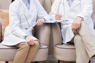 Doctors in armchairsの写真素材 [FYI02215764]
