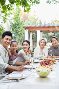 Family eating holiday meal togetherの写真素材 [FYI02215780]