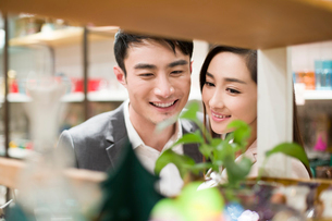 Young couple buying souvenirs in gift shopの写真素材 [FYI02215802]