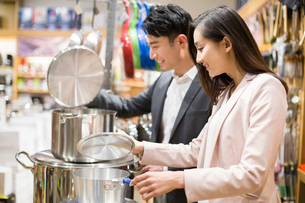 Young couple buying cooking utensil in supermarketの写真素材 [FYI02215816]