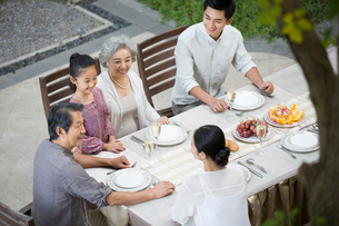 Family eating holiday meal togetherの写真素材 [FYI02215821]