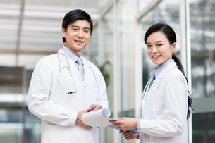 Happy doctors smilingの写真素材 [FYI02215852]