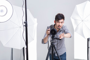 Photographer taking picture in studioの写真素材 [FYI02215872]