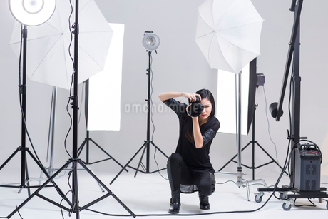 Photographer taking picture in studioの写真素材 [FYI02215890]