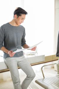 Fashion designer looking at sketchの写真素材 [FYI02215895]