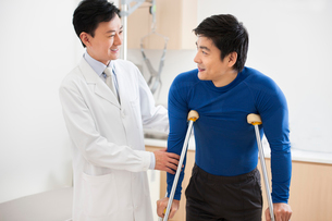 Patient with crutchesの写真素材 [FYI02215918]