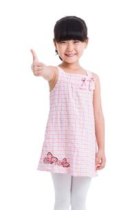 Cute little girl making thumbs upの写真素材 [FYI02215974]