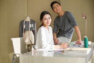 Portrait of two fashion designersの写真素材 [FYI02216024]