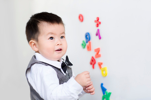 Cute baby playing with alphabet and number toysの写真素材 [FYI02216049]