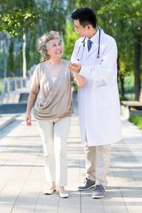 Doctor taking care of patientの写真素材 [FYI02216070]