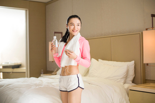 Young woman listening to music after exerciseの写真素材 [FYI02216094]