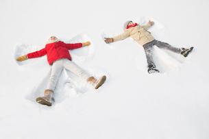 Two children making snow angelsの写真素材 [FYI02216151]