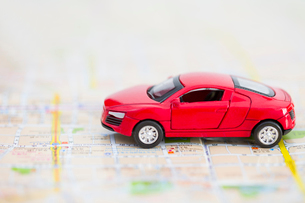 Toy car on a road mapの写真素材 [FYI02216159]