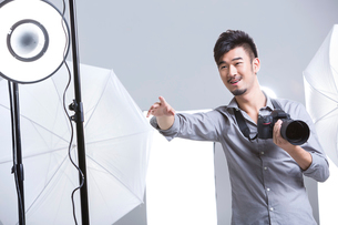 Photographer working in studioの写真素材 [FYI02216165]