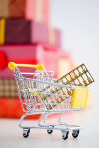 Abacus in shopping cart and many gift boxesの写真素材 [FYI02216180]