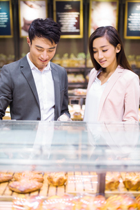 Young couple choosing breads in bakeryの写真素材 [FYI02216192]