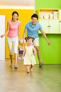 Happy family chasing for funの写真素材 [FYI02216199]