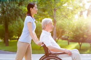 Wheelchair bound man with nursing assistantの写真素材 [FYI02216300]