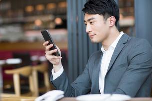 Young man using smart phoneの写真素材 [FYI02216327]
