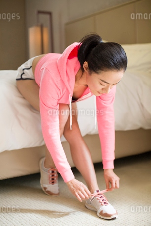 Young woman preparing for runningの写真素材 [FYI02216336]