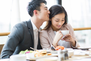 Young couple dining in restaurantの写真素材 [FYI02216358]