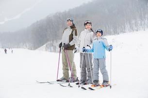 Young family skiing in ski resortの写真素材 [FYI02216381]