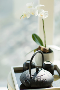 Teapot and tea cups on tableの写真素材 [FYI02216421]