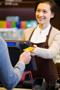 Customer paying by credit card in coffee shopの写真素材 [FYI02216441]
