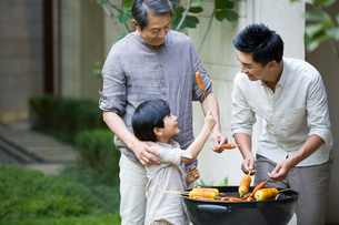 Happy family barbecuingの写真素材 [FYI02216442]