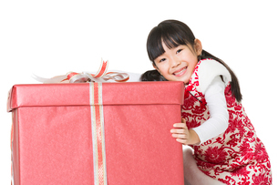 Happy girl with gift celebrating Chinese New Yearの写真素材 [FYI02216448]