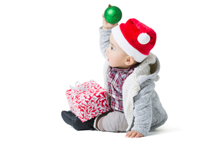 Cute baby and Christmas presentの写真素材 [FYI02216458]