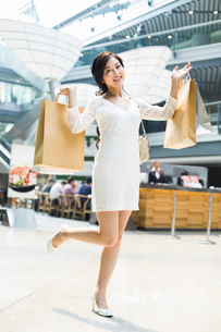 Young woman shopping in mallの写真素材 [FYI02216479]