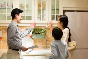 Mother and son shopping for kitchenware under salesman's instructionの写真素材 [FYI02216568]