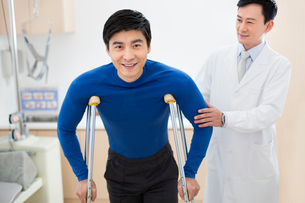 Patient with crutchesの写真素材 [FYI02216593]