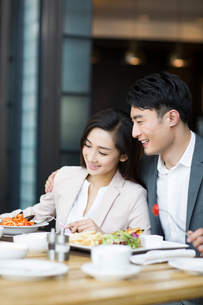 Young couple dining in restaurantの写真素材 [FYI02216596]