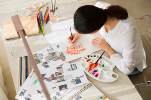 Fashion designer drawing sketchの写真素材 [FYI02216631]