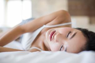 Young woman sleeping on bedの写真素材 [FYI02216684]