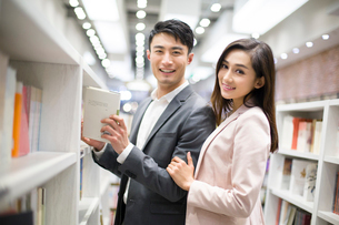 Young couple choosing books in bookstoreの写真素材 [FYI02216689]