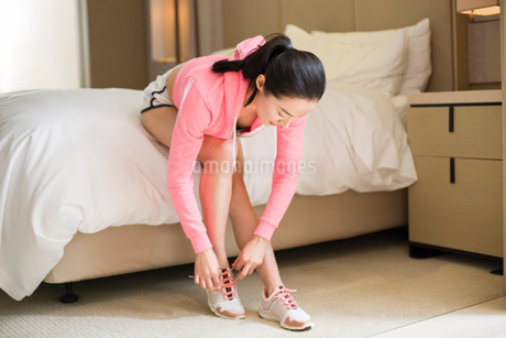 Young woman preparing for runningの写真素材 [FYI02216691]