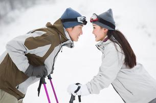 Young couple skiing in ski resortの写真素材 [FYI02216752]