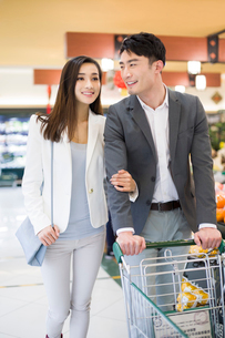 Young couple shopping in supermarketの写真素材 [FYI02216776]