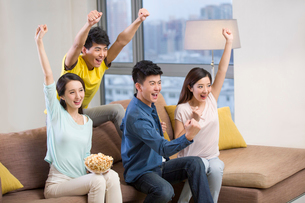 Cheerful young adults watching sports games on TVの写真素材 [FYI02216792]