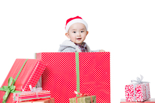Cute baby in Christmas gift boxの写真素材 [FYI02216841]