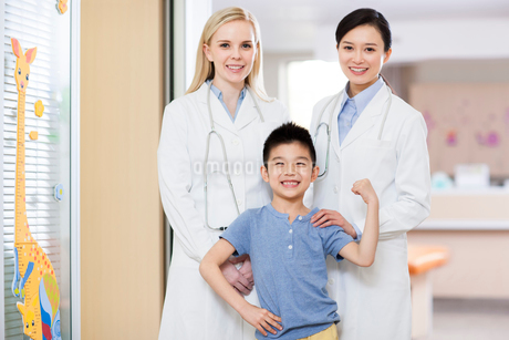 Doctors and boy in children's hospitalの写真素材 [FYI02216905]