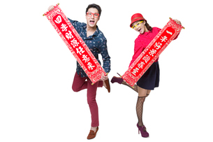 Young couple celebrating Chinese new year with coupletsの写真素材 [FYI02216952]